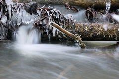 Eiszapfen auf dem Strom Stockfotos