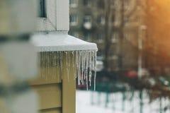 Eiszapfen auf der Fassade Stockfotografie
