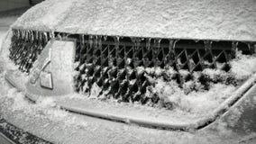 Eiszapfen auf der Haube stockbilder