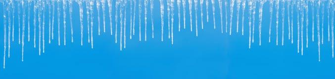 Eiszapfen auf einem Blau stockfoto