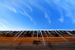 Eiszapfen auf einem Dach Stockfotos