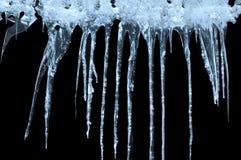 Eiszapfen auf einem schwarzen Hintergrund Stockfotos