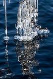 Eiszapfen auf einem See Lizenzfreie Stockfotografie