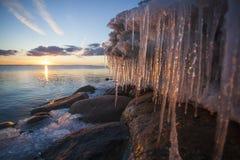 Eiszapfen auf Fluss bei Sonnenuntergang Lizenzfreie Stockfotos