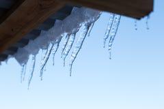 Eiszapfen auf Gebäude im Winter stockfotos