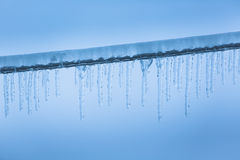 Eiszapfen auf Stromleitungen Stockfotos