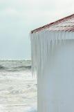 Eiszapfen, die auf dem Dach einer Bootshalle sich bilden Stockfotografie
