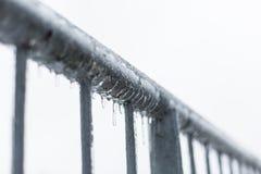 Eiszapfen, die auf einem Zaun schmelzen lizenzfreies stockfoto