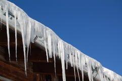 Eiszapfen, die vom Dach hängen Stockfotos