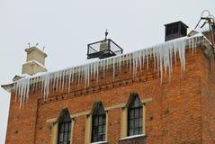 Eiszapfen, die vom Dach hängen Lizenzfreie Stockbilder