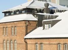Eiszapfen, die vom Dach hängen Lizenzfreie Stockfotografie