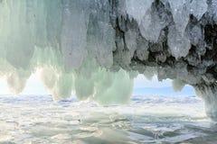 Eiszapfen, die von der Decke der Steinhöhle hängen Stockfotografie