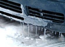 Eiszapfen, die von der Vorderseite eines Autos hängen Stockbild