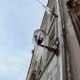 Eiszapfen, die von einer Straßenbeleuchtung hängen Fassade der Altbau wi Lizenzfreies Stockfoto