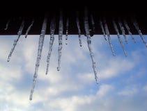 Eiszapfen gegen. Die Wolken Lizenzfreies Stockfoto