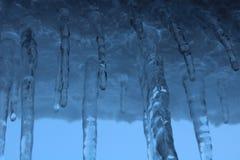 Eiszapfen im Blau lizenzfreies stockfoto