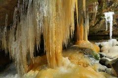 Eiszapfen in Teplice-Felsen in der Tschechischen Republik Stockfoto