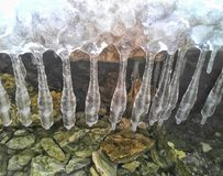 Eiszapfen und Felsen Stockbilder