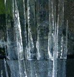 Eiszapfen und ihre Reflexion Stockfoto