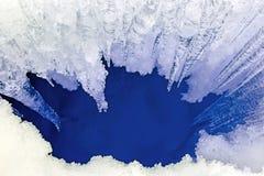 Eiszapfen und tiefer Sprung im Eis Lizenzfreie Stockfotos