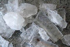 Eiszapfen und zerquetschtes Eis auf Zement Stockbilder