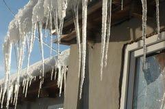Eiszapfenfall vom Dach Lizenzfreie Stockbilder