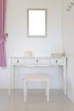 Eitelkeit und haben den Spiegel, der an der Wand im Schlafzimmer hängt Stockfoto