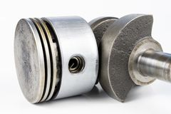 Eixo de manivela e pistão de um motor de combustão pequeno em Ta branca fotografia de stock