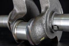 Eixo de manivela de um motor de diesel do quatro-curso em uma tabela do metal spar imagem de stock royalty free