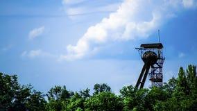Eixo de mina em um fundo do céu azul Imagem de Stock Royalty Free