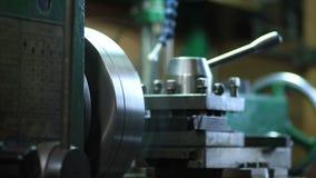 Eixo do metal do corte que processa na máquina do torno filme