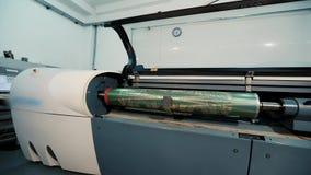 Eixo impresso com um teste padrão abstrato, fábrica para a produção de papel de parede Interior industrial Detalhe de vídeos de arquivo