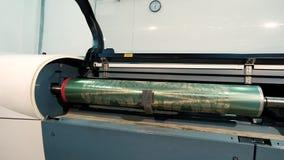 Eixo impresso com um teste padrão abstrato, fábrica para a produção de papel de parede Interior industrial Detalhe de filme