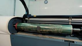 Eixo impresso com um teste padr?o abstrato, f?brica para a produ??o de papel de parede Interior industrial Detalhe de filme