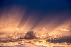Eixos da luz solar, noite, por do sol imagem de stock