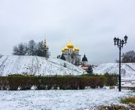 Eixos do ‹do †do ‹do †da cidade cobertos com a neve e a catedral da suposição no Kremlin em Dmitrov, região de Moscou, Rússia fotografia de stock