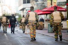 Ejército de Bélgica que patrulla en una calle cerca de la avenida Louise en el centro de ciudad de Bruselas el 22 de noviembre de Fotografía de archivo