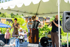Ejército de NU Klezmer, grupo musical que toca intenso sus instrumentos imagen de archivo