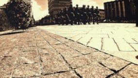 Ejército que marcha a través de la ciudad almacen de metraje de vídeo