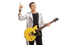 Eje de balancín adolescente con una guitarra eléctrica que se sostiene el dedo índice Fotografía de archivo libre de regalías
