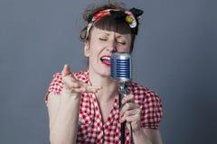 Eje de balancín femenino y artista vocal con la ejecución retra del estilo Foto de archivo