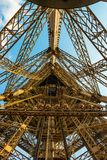 Eje de elevador en la torre Eiffel en un tiro granangular que muestra las luces de cobre grandes foto de archivo libre de regalías