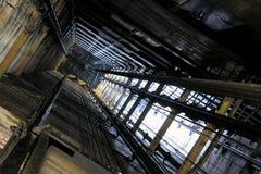 Eje de elevador viejo fotografía de archivo libre de regalías