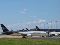 Eje de la carga de UPS en el aeropuerto internacional de DFW Imagen de archivo libre de regalías