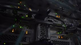 Eje de la conexión de la red de Ethernet El centelleo se enciende en un cuarto oscuro del servidor, opinión del primer de los cab almacen de video