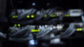 Eje de la conexión de la red de Ethernet de la falta de definición El centelleo se enciende en un cuarto oscuro del servidor, opi metrajes