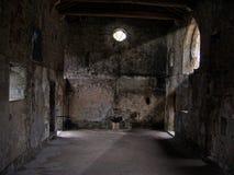 Eje de la luz en una iglesia vacía vieja Fotos de archivo libres de regalías