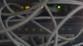 Eje de la red del router del m?dem con la conexi?n del cable Ethernet, concepto almacen de video