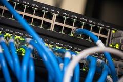 Eje de la red grande y cables azules Imagenes de archivo