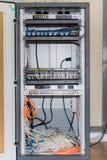 Eje de la red grande y cables conectados de Internet Foto de archivo